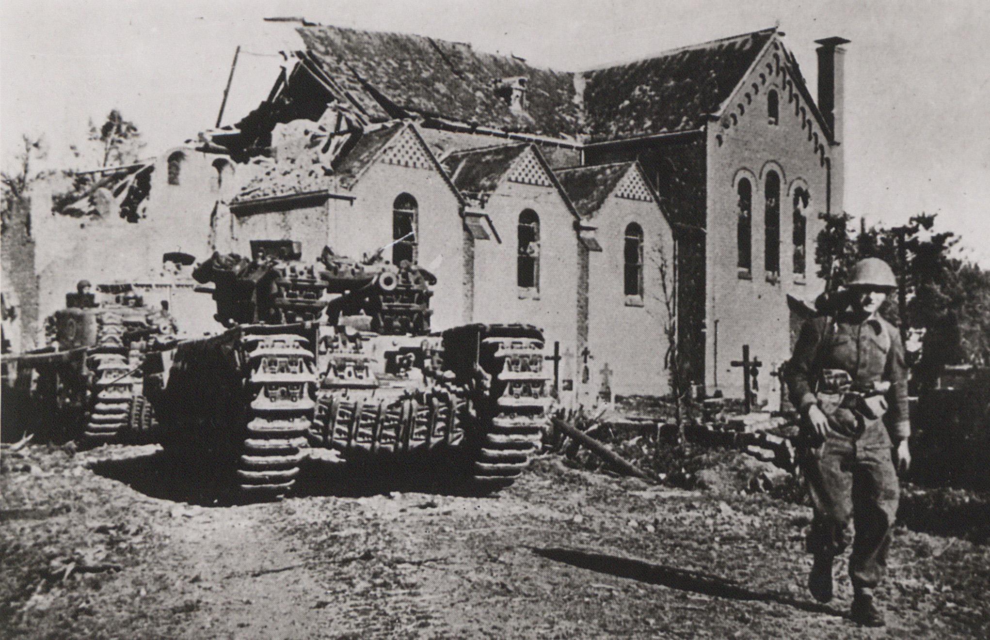 Churchilltanks van de Britse infanterie rukken op naar de Venrayseweg (1944)
